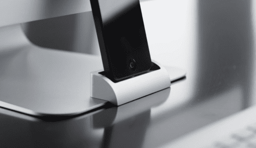 デスク周りの機能美を損なわないiPhone用の充電スタンド OCDock ™
