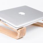 そりをイメージして作られた木目が美しいラップトップ用スタンド : Sled(スレッド)™