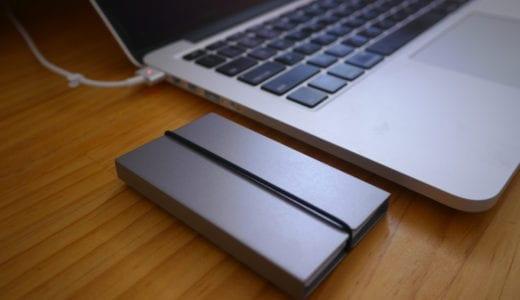「I AM」シンプルなのに機能的!Macbookのアルミ筐体に素材感ぴったりの名刺入れ